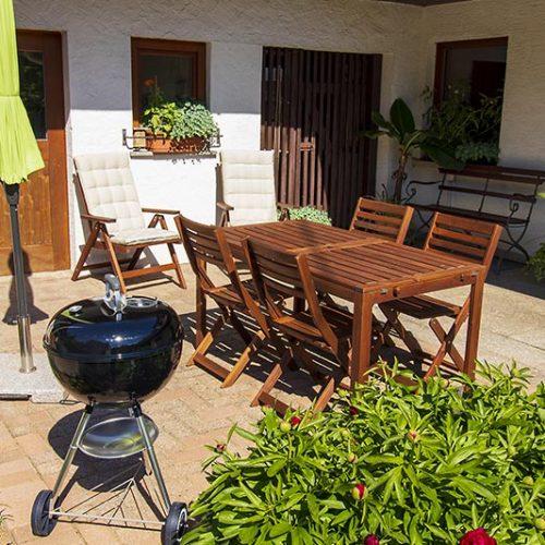 Gartenmöbel, Sonnenschirm und Grill stehen zur Verfügung