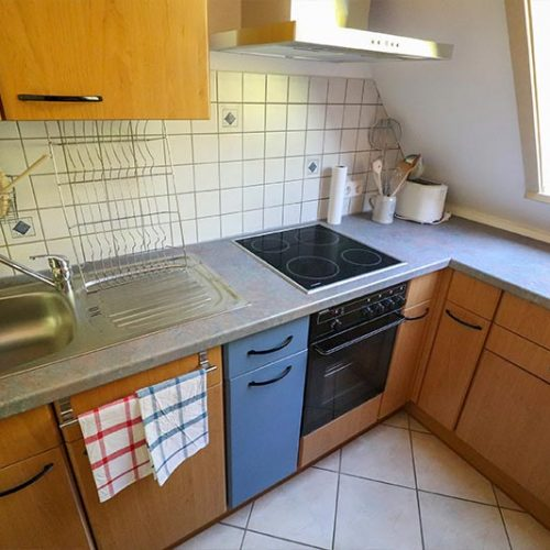 Blick in die gut ausgestattete Küche
