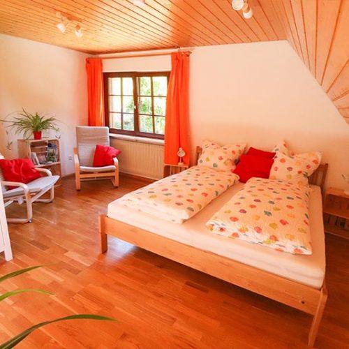 Gemütlicher Wohnbereich mit Sitzecke und zusätzlichem Doppelbett