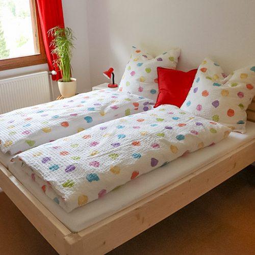 Schlafzimmer mit komfortablem Doppelbett.